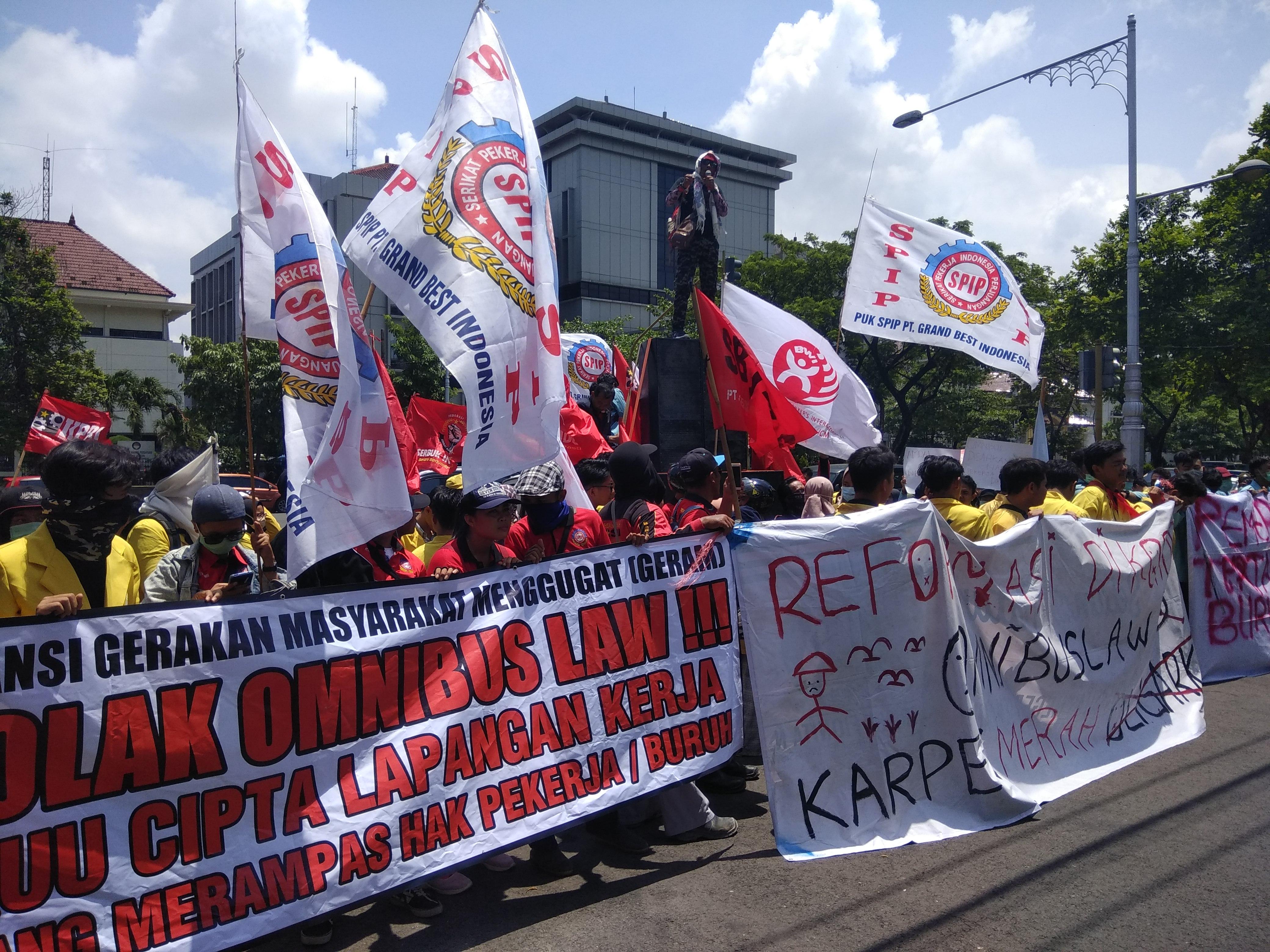 Tolak Omnibus Law, Buruh dan Mahasiswa Gelar Aksi Demo